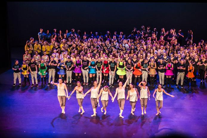 Alle dansgroepen komen aan het slot nog een keer het podium op van de Deventer Schouwburg. Op de voorgrond dansgroep Pulse.