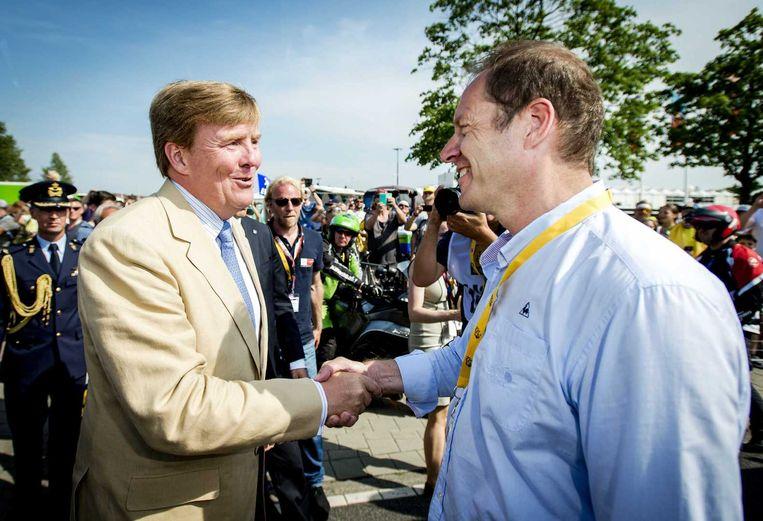 Koning Willem-Alexander wordt verwelkomd door Tour-directeur Cristian Prudhomme. Beeld anp