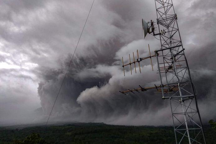 De Semeru-vulkaan spuwt as de lucht in op Java.