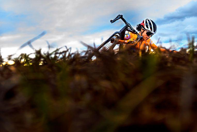Ceylin del Carmen Alvarado klimt in de laatste ronde een heuvel op.  Beeld Klaas Jan van der Weij