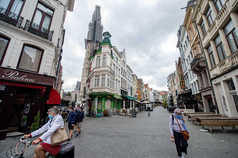 Bijna verlaten winkelstraten en toeristische locaties in de binnenstad van Antwerpen. Er zijn weer meer coronamaatregelen  vanwege het stijgend aantal besmettingen en ziekenhuisopnamen.  Beeld ANP