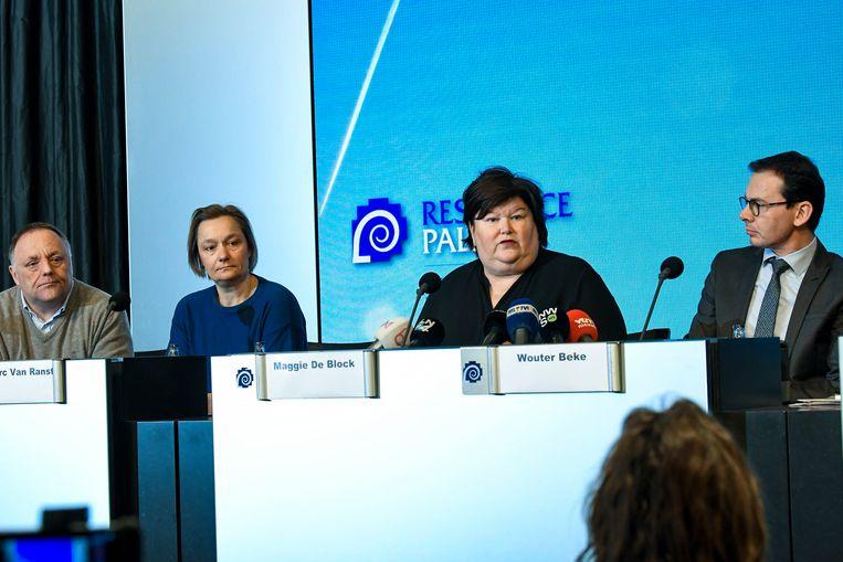 Van links naar rechts: professor Marc Van Ranst,  professor Erika Vlieghe, en de federale en Vlaamse ministers van Volksgezondheid Maggie De Block (Open Vld) en Wouter Beke (CD&V) geven op een persconferentie informatie over de coronacrisis. Beeld Photo News