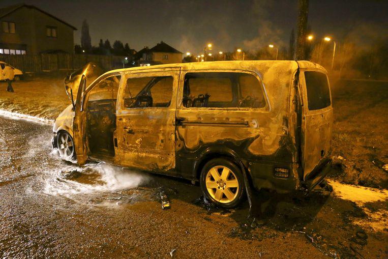 Het bestelbusje van de overvallers werd na de overval uitgebrand teruggevonden.  Beeld Photo News