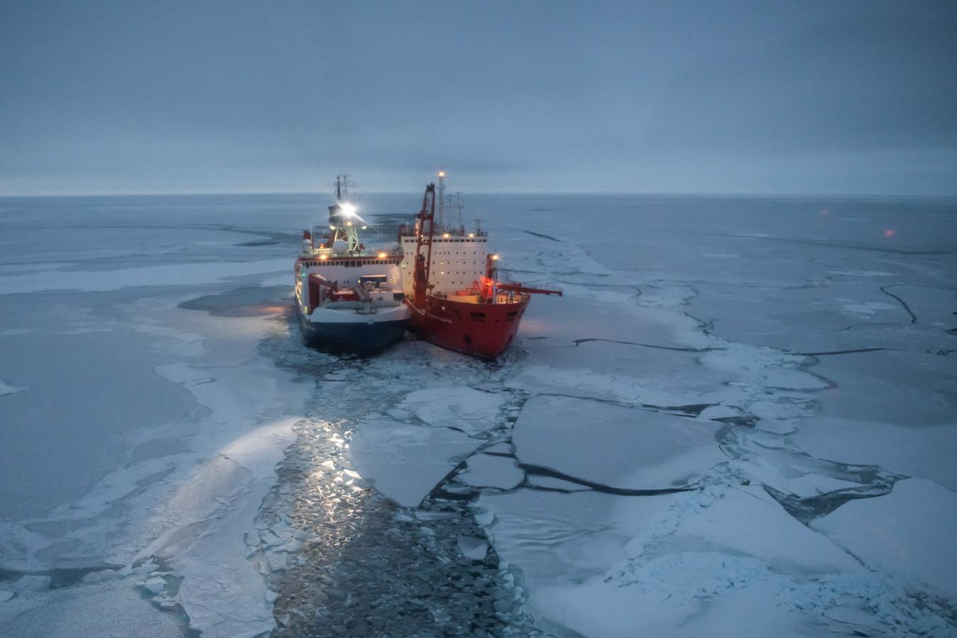 De Polarstern (L) en het Russische onderzoeksschip Akademik Fedorov (R) liggen naast elkaar in de Arctische Oceaan.