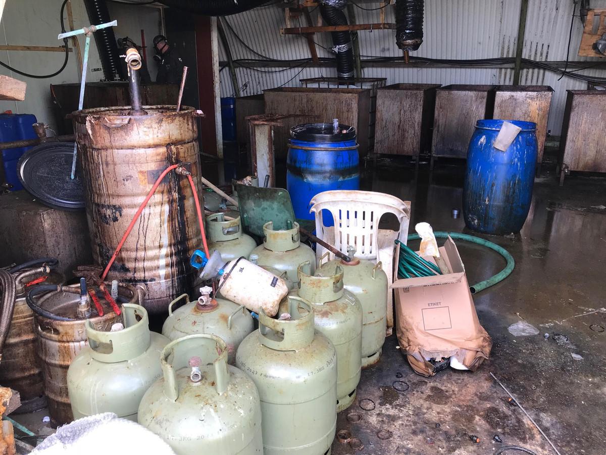 De  bende smokkelde chemicaliën vanuit Polen naar Den Bosch en verdeelde het dan over drugslabs in den lande. Een ervan stond in Zaltbommel en was zo smerig dat de politie twee dagen nog had om de boel op te ruimen.