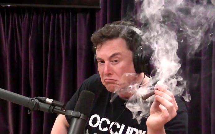 Tesla's topman Elon Musk rookt een vermoedelijke joint (of 'blunt') tijdens een Amerikaans video-interview.