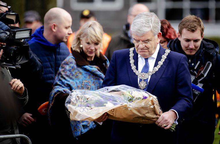 De Utrechtse burgemeester Jan van Zanen legt bloemen op het 24 Oktoberplein, de dag na het schietincident. Beeld ANP