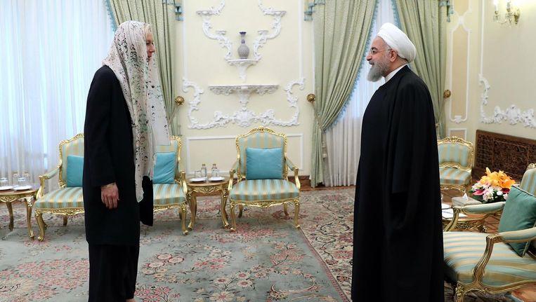 Minister Sigrid Kaag (links) woensdag op bezoek bij de Iraanse president Hassan Rohani in zijn paleis in Teheran. Beeld afp