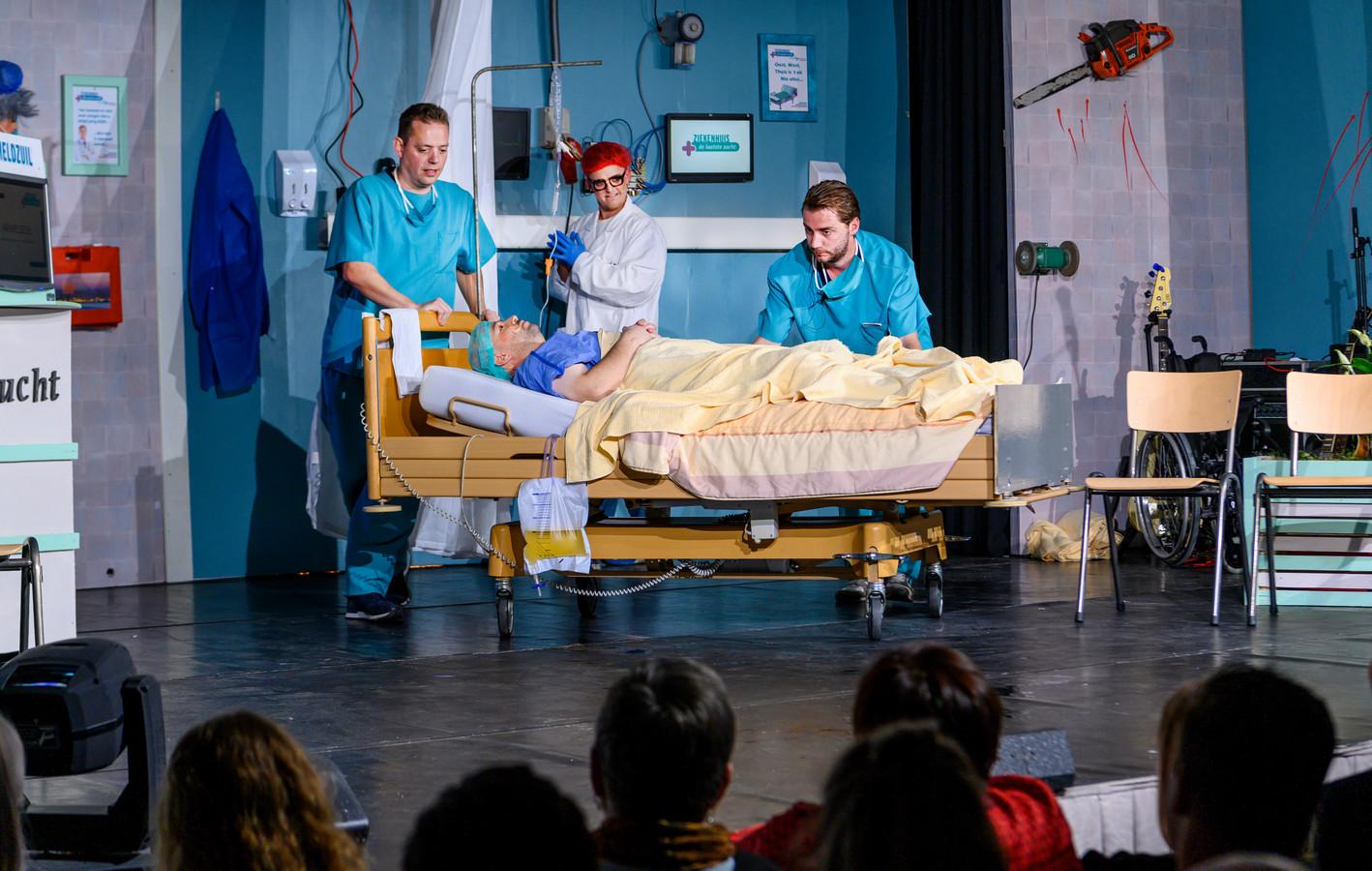 In MFC De Snoeck wordt de Lithse Revu opgevoerd. Dit jaar onder de titel Operatie Ziekenhuis. Een scene uit het ziekenhuis De Laatste Zucht.