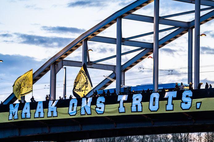 Arnhem steunt Vitesse, onder meer met een tientallen meters lang spandoek aan de John Frostbrug.