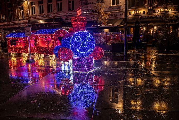 De Kersttrein lacht alle passanten toe.