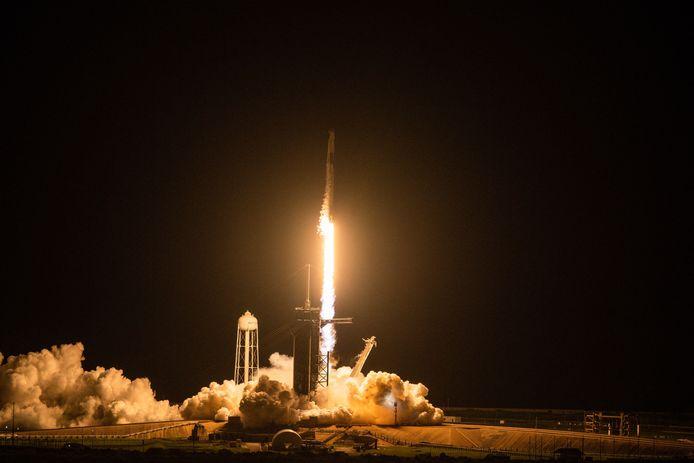 La fusée Falcon 9 de SpaceX transportant l'équipage de la mission Inspiration4 décolle de l'aire de lancement 39A du Centre spatial Kennedy de la NASA à Cap Canaveral, en Floride, le 15 septembre 2021.