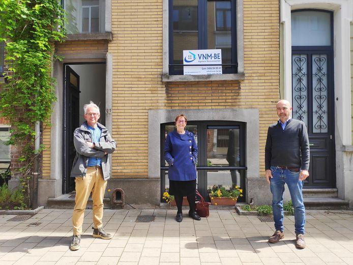 Vlnr.: Koen Van der Jeugt (coördinator SVK), schepen Tine Heyse en Bert Van Den Broele (Het Pandschap) voor de woning in de Spiegelhofstraat.