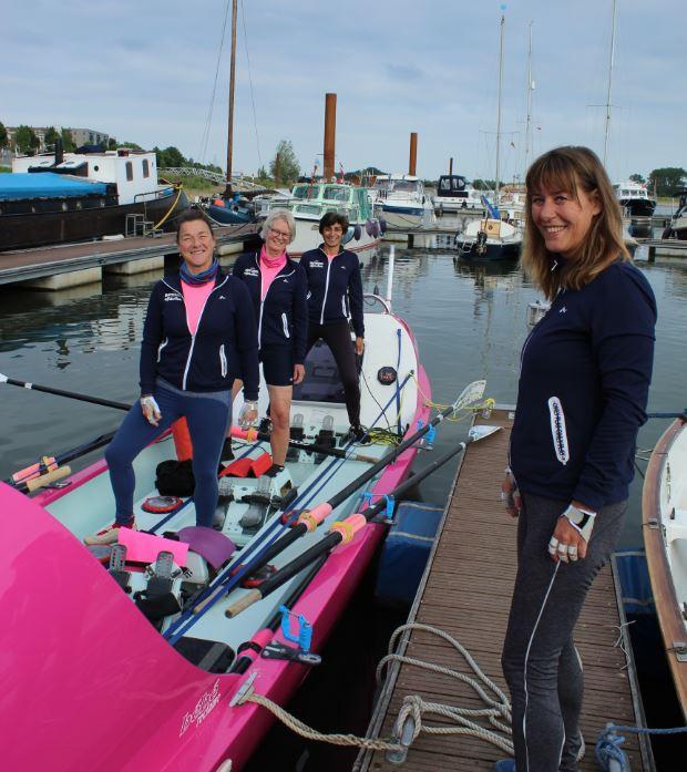 Désirée Kranenburg, Remke van Kleij, Bela Evers en Astrid Janse (op de steiger) bij hun roeiboot Liberty waarmee ze op 12 december de Talisker Whiskey Atlantic Challenge gaan roeien.
