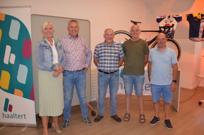 Burgemeester Veerle Baeyens met oud-renners Hendrik Redant, Willem Wijnant, Jan Goessens en  Patrick Roelandt.