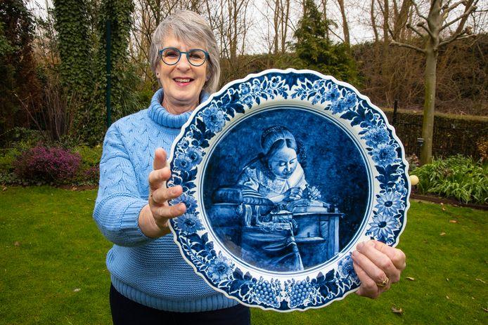Vera Oor 's grootvader wars plateelschilder in de fabriek Oud Delft. Ze heeft onlangs een bord gekocht, beschilderd door haar opa.