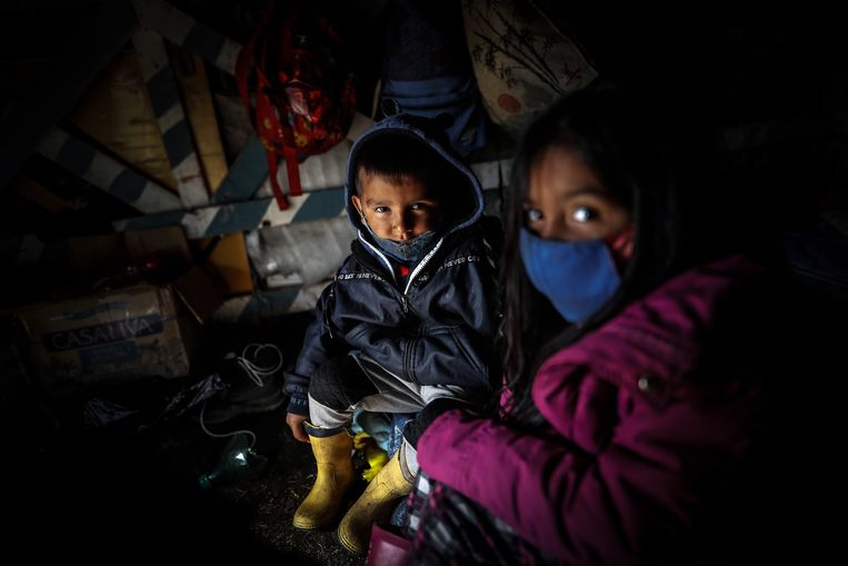 Kinderen zitten in een krot op een stuk bezet land in het plaatsje Guernica, nabij de Argentijnse hoofdstad Buenos Aires. (20/08/2020)