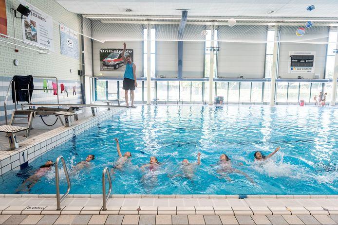 ALMELO - In het binnenbad van Almelo volgen 20 kinderen Turbolessen om binnen een week hun zwemdiploma te halen.