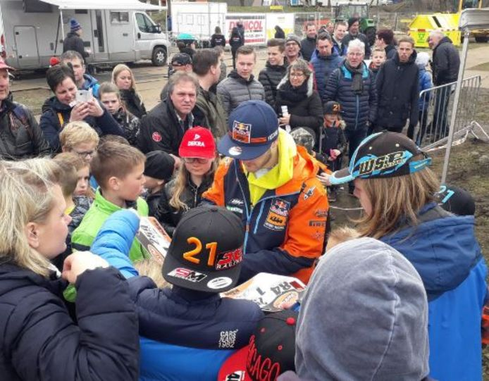 Jeffrey Herlings won in Oldebroek. Na afloop deelde hij handtekeningen uit.
