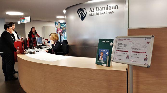 Aan het onthaal van het AZ Damiaan in Oostende staat een informatiebord over het coronavirus.