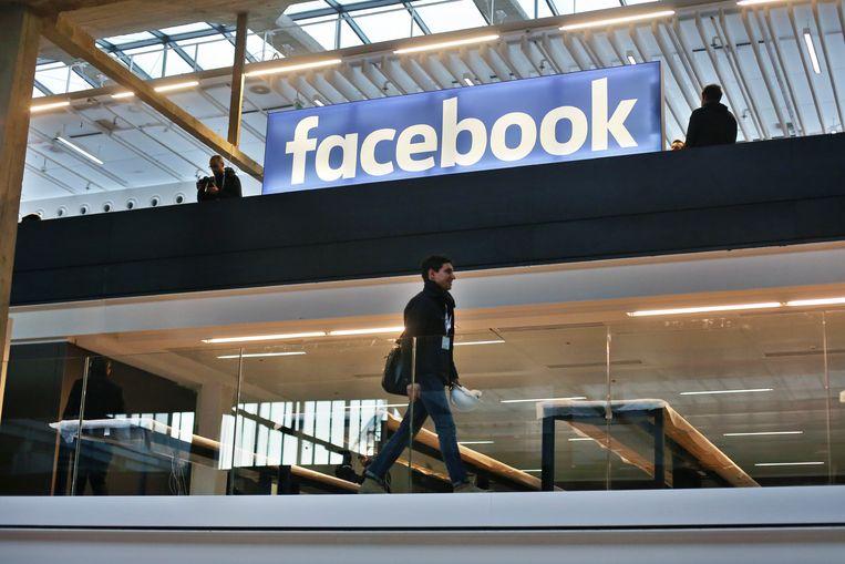 Het logo van Facebook in een kantoor in Parijs boven een metrostation.