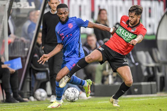 NEC-linksback Souffian El Karouani in duel met FC Utrecht-aanvaller Moussa Sylla.