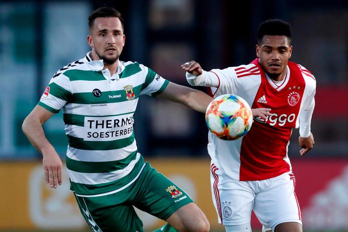 Jeff Stans duelleert met Danilo, die Go Ahead Eagles op De Toekomst na een klein uur spelen op een 3-2 achterstand heeft gezet.