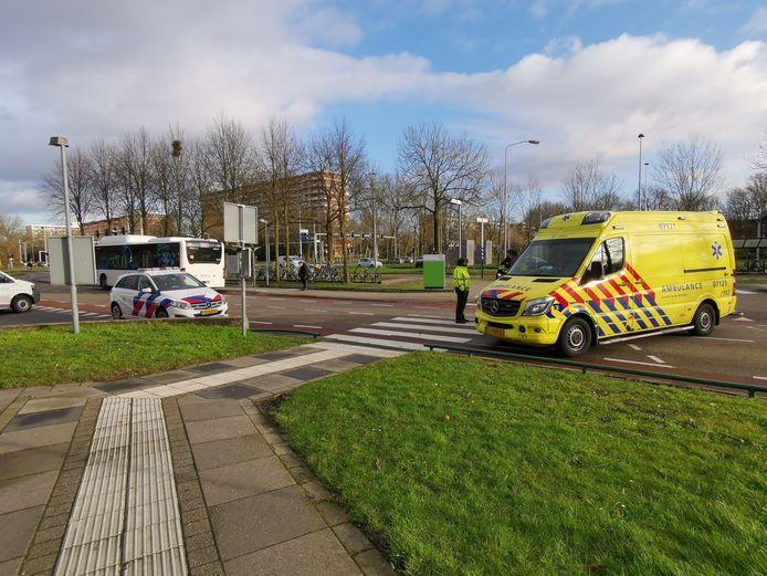 Hulpvderlening na de aanrijding tussen een lijnbus en een fietser voor het Ziekenhuis Gelderse Vallei in Ede.