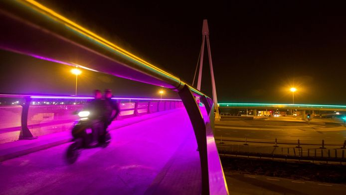 Een scooter rijdt over de nagelnieuwe brug in Westland.