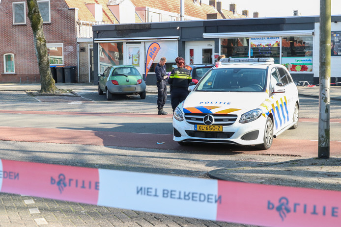 De politie zette de straat af om onderzoek te doen naar de vechtpartij.