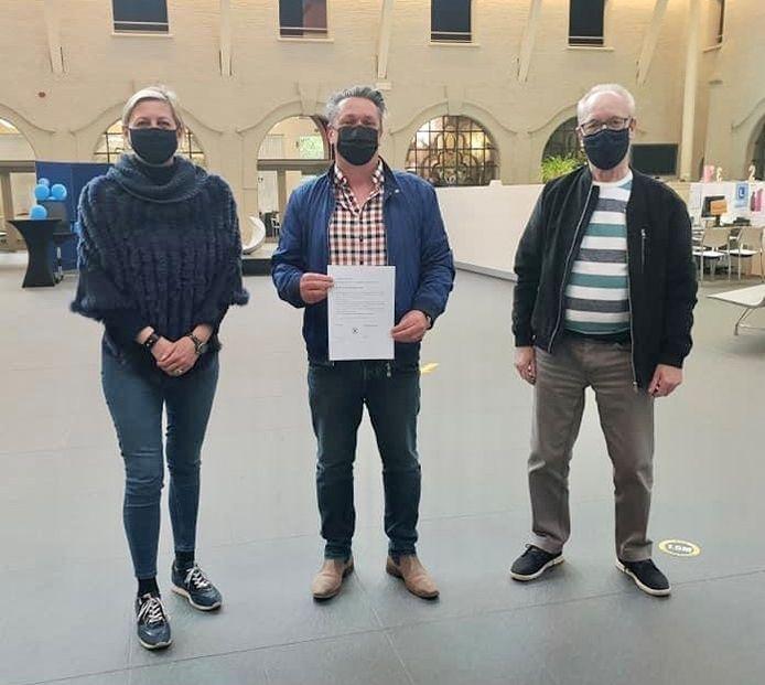 Nieuw BCSD-lid Kurt Janssens (midden) met comitévoorzitter Cindy Van Paesschen en voorzitter van de raad voor maatschappelijk welzijn Marcel De Vos