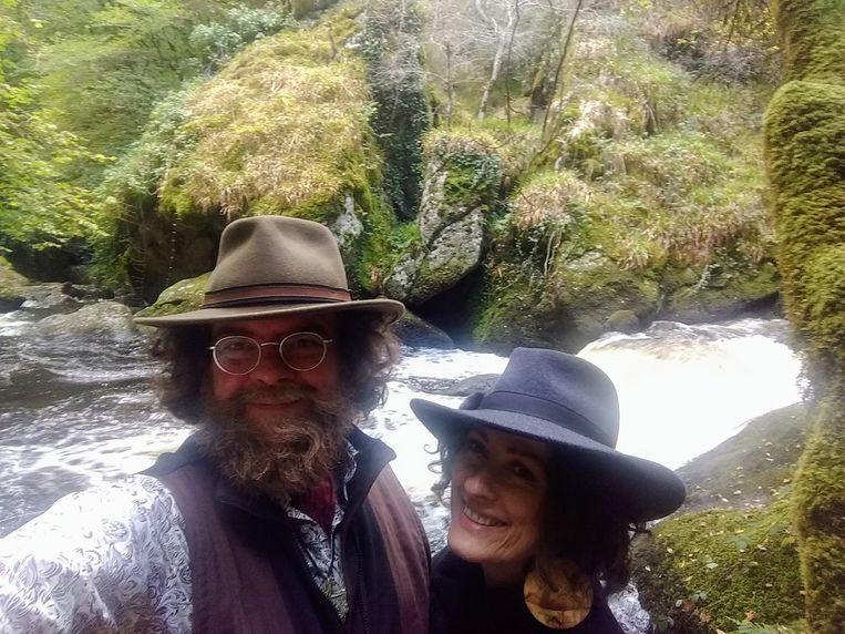 Wij samen met achter ons de wild kolkende rivier L'Argent: Huelgoat, Bretagne. Beeld RV
