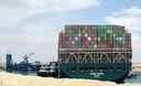 De 400 meter lange Ever Given blokkeert het Suezkanaal. Bergers van het Nederlandse bedrijf Boskalis trokken het vorige maand los.
