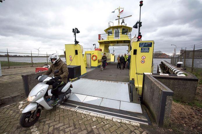De pont van Sluiskil over het Kanaal Gent-Terneuzen.