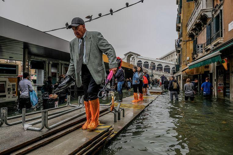 Een provisorisch voetpad in Venetië op 29 oktober, toen het water 156 centimeter hoog stond.  Beeld Getty Images