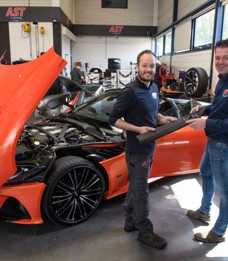Dit bedrijf in Vriezenveen mag sleutelen aan de duurste auto's: 'Je bent toch nét iets voorzichtiger'