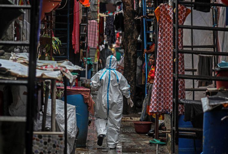 Een gezondheidswerker in een coronahotspot in Mumbai, India. Beeld EPA