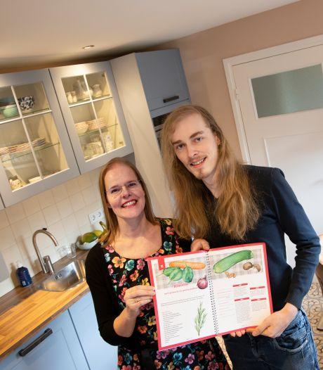 'Veggie-kookboek' in Mierlo: zoon Kevin kookt en mama Monique schildert elk ingrediënt