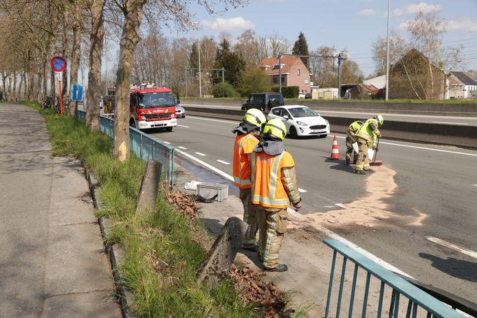 De bestuurder reed rechtdoor en knalde door een reling die de Nijverheidstraat van de gewestweg N16 scheidt.