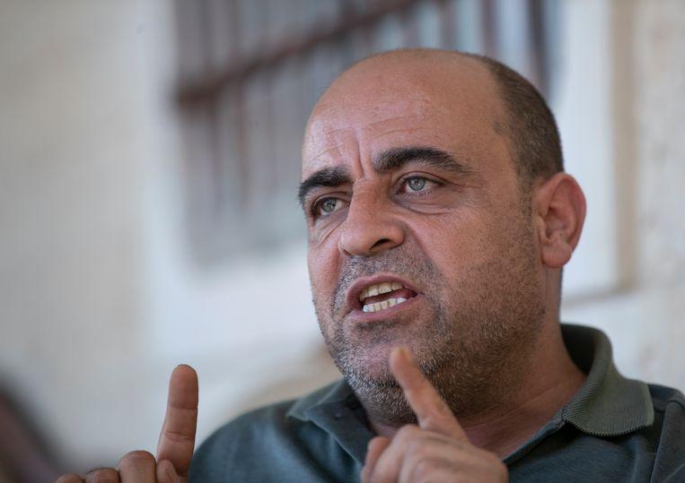 Nizar Banat, een fel criticus van de Palestijnse Autoriteit, spreekt op 4 mei met journalisten bij zijn huis, nabij de stad Hebron.  Beeld AP