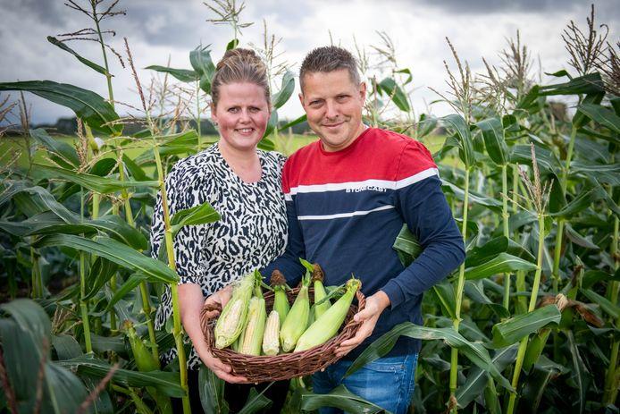 Liesbeth en Adwin Dekker van Bioduin in het veld met de net geoogste biologische suikermais.