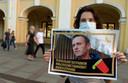 Een vrouw in Sint Petersburg steunt oppositieleider Navalny na een mogelijke aanslag op diens leven.