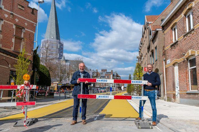 Schepen Dirk De Ketelaere en burgemeester Dimitri Van Laere namen gisteren de werfhekken weg.