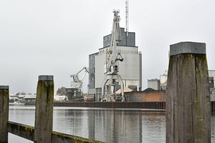 Overslagbedrijf Sesam, op de kop van de binnenhaven.