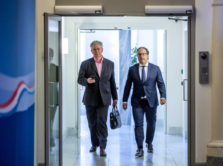 Minister Wouter Koolmees van Sociale Zaken en Werkgelegenheid (r) staat de pers te woord over het besluit van vakbond FNV om de beslissing over het pensioenakkoord uit te stellen. Beeld ANP
