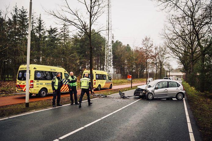 Automobilist botst tegen boom in Best.