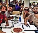 Flavio De Gos Barra, oprichter van Bright Periods Consulting (links achteraan) en Laurent Hericord, zaakvoerder van Avrox (rechts vooraan) in een restaurant op Ibiza in 2013. © rv