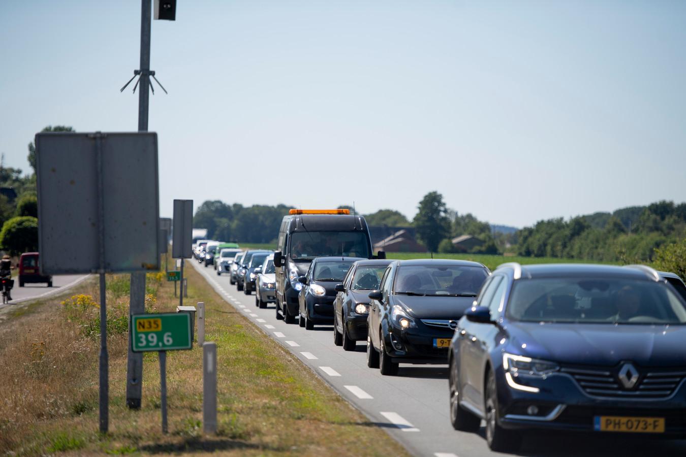 De filedruk op de N35 tussen Nijverdal en Wierden wordt steeds groter. Maar de geplande verbreding van dit weggedeelte tot een vierbaans autoweg laat nog langer op zich wachten.