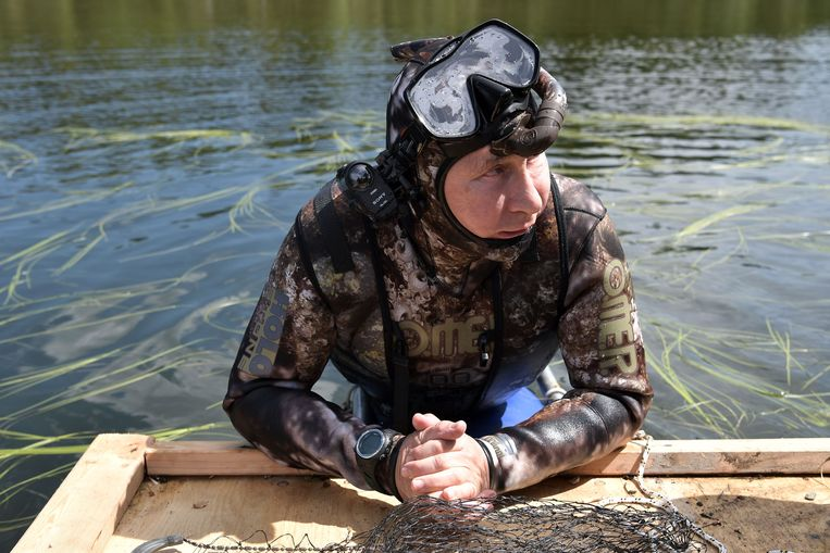 epa06125597 A picture made available on 05 August 2017 shows Russian President Vladimir Putin in a diving suit at the cascade of mountain lakes during his vacation on 01-03 August 2017 (issued 05 August 2017), in the Tyva Republic in the southern Siberia, Russia.  EPA/ALEXEI NIKOLSKY / SPUTNIK  / KREMLIN POOL MANDATORY CREDIT Beeld EPA