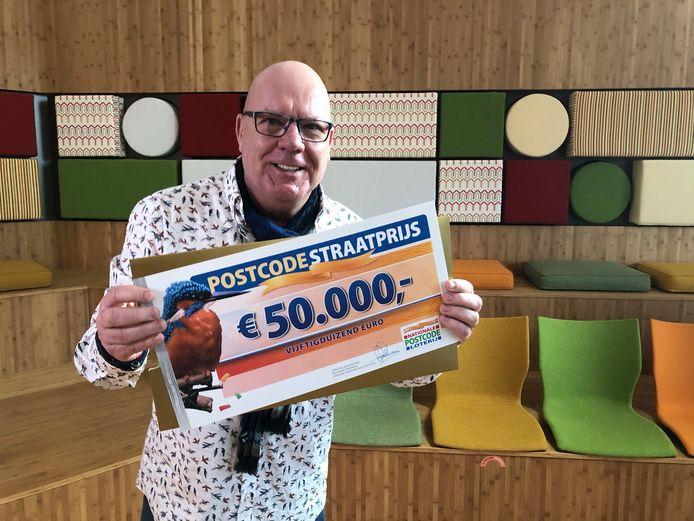 Postcode Loterij-ambassadeur Gaston Starreveld verrast winnaars.